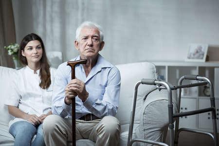 ancianos caminando: Un m�s viejo hombre es muy triste en la casa de retiro
