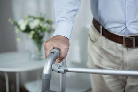 Un más viejo hombre está muy enfermo y discapacitados Foto de archivo - 46637294