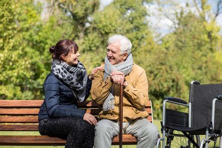 persona en silla de ruedas: Un más viejo hombre y el cuidador en el parque Foto de archivo