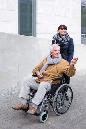 empujando: Nieta que empuja a su abuelo en silla de ruedas