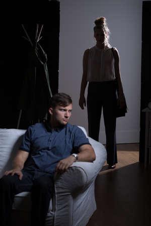 conflictos sociales: Mala relación emocional con la mujer agresiva tóxicos Foto de archivo