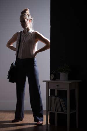 conflictos sociales: Mujer joven agresiva y la violencia del compañero íntimo