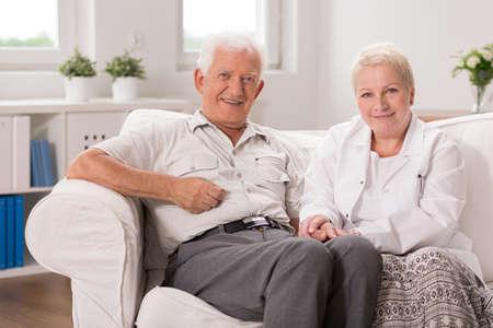 hombre viejo: Enfermera Kind es la celebración de la mano de su paciente Foto de archivo