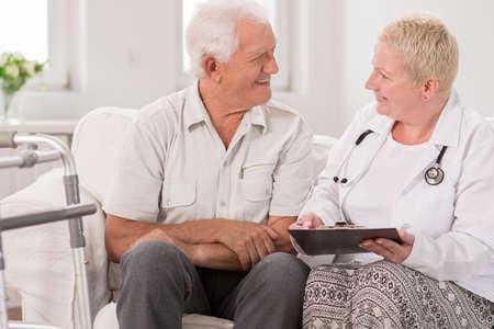 enfermeras: Enfermera est� hablando con su paciente sobre los ex�menes