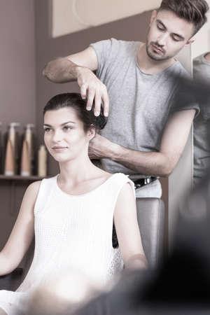 Stylist: Peluquería está lavando el cabello de la mujer joven Foto de archivo