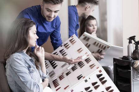 美容師は、色のパレットを提示されて 写真素材