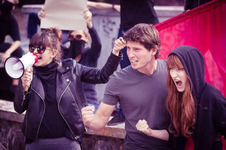街頭デモのアクティブな若い参加者の写真