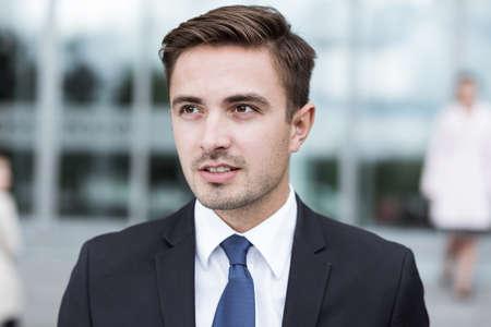 traje formal: Joven elegante hombre de negocios en traje negro