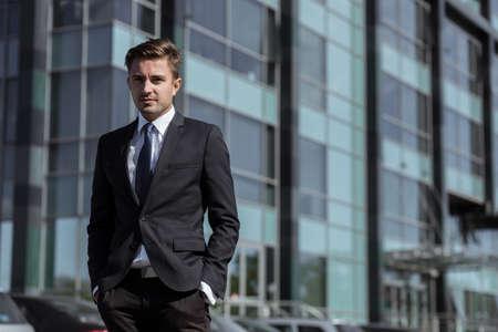 hombres guapos: Gerente corporativo joven posando en frente del edificio