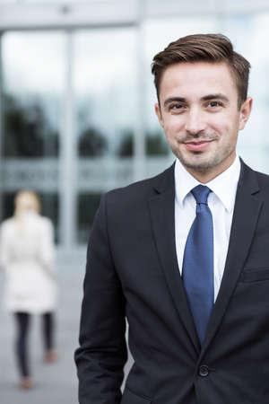 사무실 밖에서 젊은 자신감 사업가의 초상화 스톡 콘텐츠