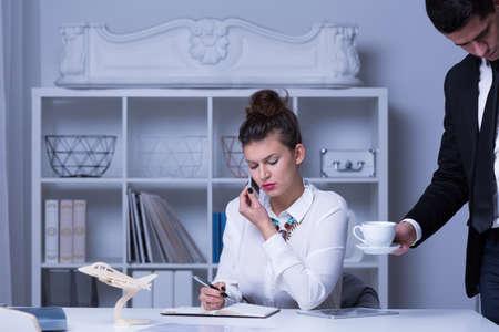 secretarias: Imagen de la secretaria hombre y su ajetreado empleador