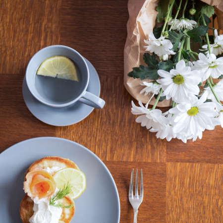 nice food: Блинчики и вода с лимоном для свежего здорового завтрака Фото со стока