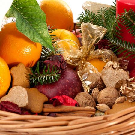 canasta de panes: Frutas, nueces y pan de jengibre en cesta de mimbre Foto de archivo