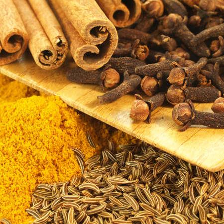 especias: Primer plano de la canela, el comino, curry, especias de invierno, cuadrado