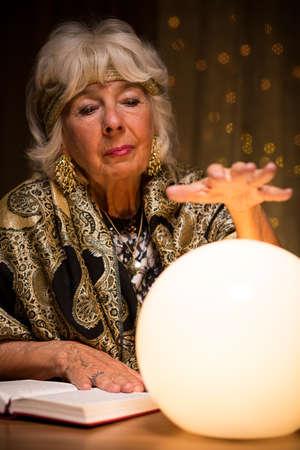 Mujer mágica adivinación de la bola de cristal Foto de archivo