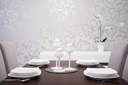 familia cenando: Mesa de comedor elegantemente preparado con el ajuste blanco de mesa Foto de archivo