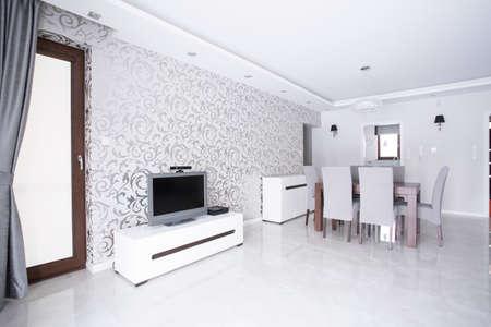 Moderne geräumige weiß Wohnzimmer mit gemusterten Tapeten Standard-Bild - 46983046