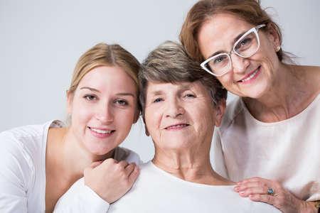 mama e hija: Feliz familia multi generacional pasar tiempo juntos