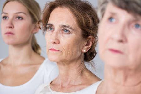 老化 - 異年齢で 3 人の女性