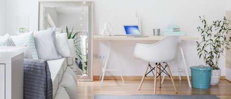 espejo: Panorama de la habitación contemporánea con gran espejo decorativo