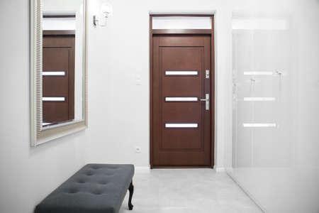 pasillo de entrada blanco con el brillo de la pared de mármol