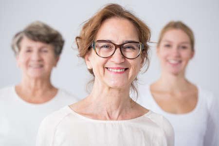 Portret van drie generaties van de vrouwelijke familieleden