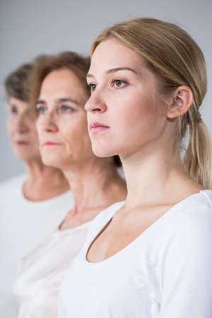 Portrait de famille de trois générations - vue verticale