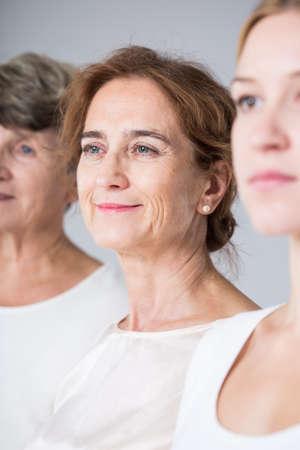 白いシャツで 3 人の女性の肖像画 写真素材 - 47016409