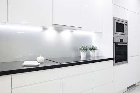 작은 흰색 부엌에서 장식 청소 검은 밀 스톡 콘텐츠