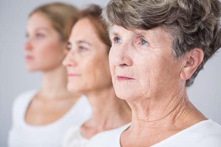 그림 제시하는 세 가지 아름다움 여성 - 노화 과정 스톡 콘텐츠