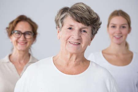 madre e hija: Retrato de la mujer mayor con su familia Foto de archivo