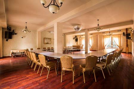 muebles de madera: Imagen de la elegante sala de reuniones con sillas antiguas Foto de archivo