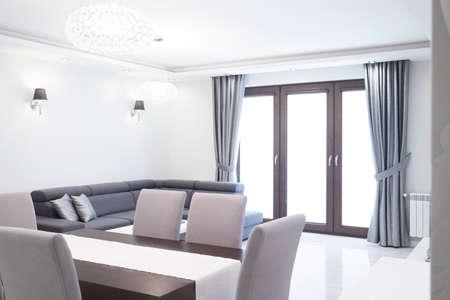 familia cenando: Nueva sala de estar contempor�nea dise�ada con mesa de comedor