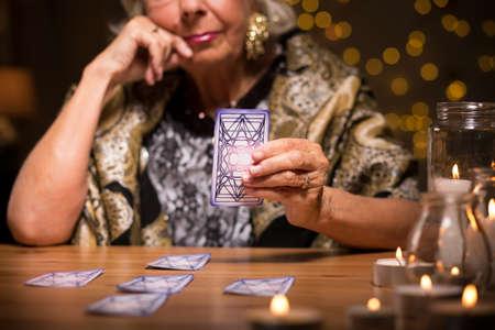 Vrouw ziener vertelt fortuin van tarotkaarten Stockfoto