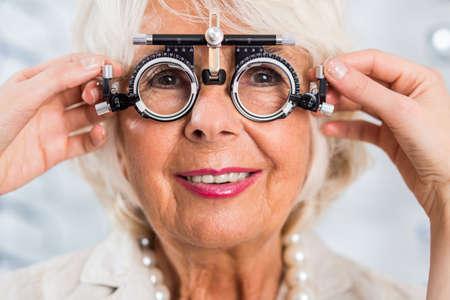 Ältere Frau im Büro des Optikers Blick nach Prüfung