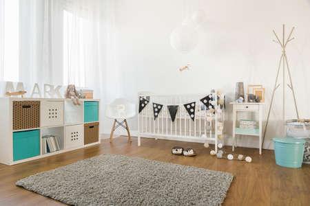 Foto van gezellige en lichte babykamer interieur Stockfoto