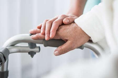 an elderly person: Foto del profesional de la salud y apoyo en el hogar de ancianos