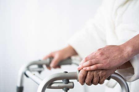 Foto van gehandicapte oude persoon met loophulpmiddel Stockfoto