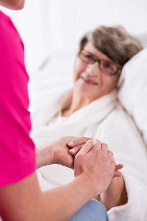 persona enferma: Foto de la mujer mayor de profesionales de la medicina privada