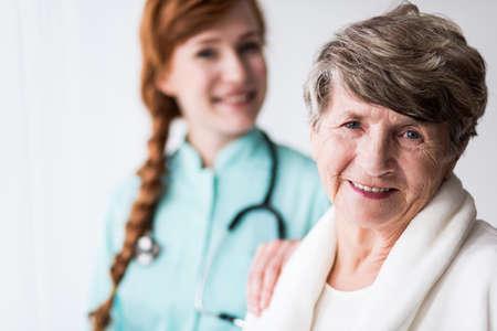 haushaltshilfe: Portrait eines gl�cklichen Patienten von Geriatrie und weiblicher Doktor Lizenzfreie Bilder