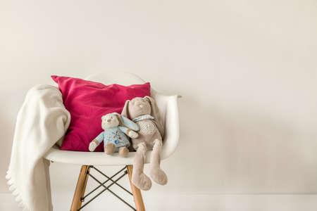 chambre à coucher: Photo d'accessoires de bébé sur la chaise blanc moderne Banque d'images