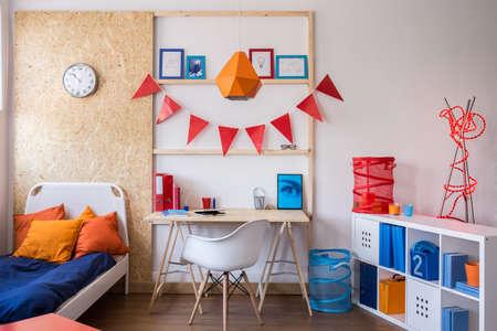 adolescentes estudiando: Interior de la sala moderna y elegante para el adolescente