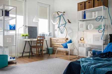 Kleine studio voor jonge kunstenaar in rauwe stijl Stockfoto