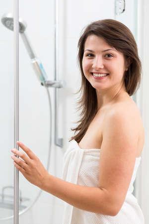 cabine de douche: Photo de sourire jolie femme dans une cabine de douche Banque d'images