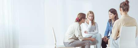 心理学者とのセッション中にサークルに座って女性のパノラマ