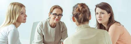 terapia de grupo: Pacientes Panorama de la psicóloga que ayuda a su estresados ??y deprimidos