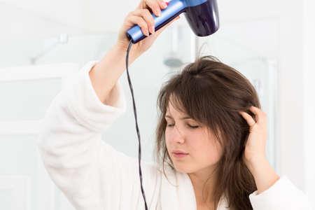 secador de pelo: Imagen de la niña en bata de baño con secador de pelo