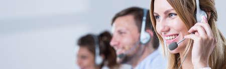 Servicio en el mostrador consultor de hablar por teléfono con manos libres Foto de archivo - 47343103