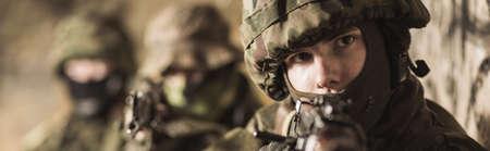 ヘルメットで若い兵士の顔のクローズ アップ 写真素材