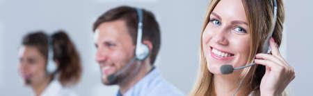 Afbeelding van vrouw die in call center werkt Stockfoto